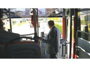 Niğde Belediye Başkanı Özkan, minibüste vatandaşları dinliyor
