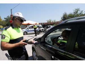 """Ekipler, """"Bu Yolda Birlikteyiz"""" dediler, 179 sürücüye 24 bin TL para cezası kestiler"""