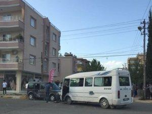 Yolcu minibüsü ile hafif ticari araç çarpıştı: 2 Yaralı