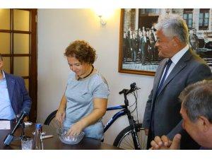 Belediye meclisinde bisiklet çekilişi yapıldı