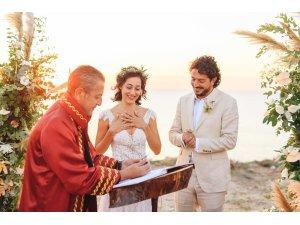 Oyuncu Tuğçe Altuğ ile yönetmen Tolga Karaçelik evlendi