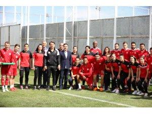 Kadın futbolculardan Sivasspor antrenmanına ziyaret