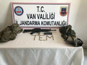 Van'da teröristin gösterdiği mağarada silah ve mühimmat bulundu