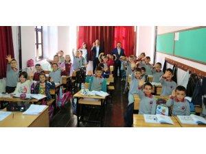 Uşak Belediyesi öğrencilere meyve ikram etti