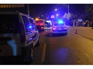 Ticari araç park halindeki kamyona çarptı: 1 ölü, 1 yaralı