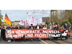 Irkçılığa karşı 10 bin kişi yürüdü