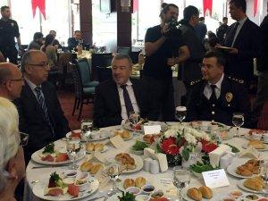 İstanbul Emniyet Müdürü Dr. Mustafa Çalışkan, emekli olan emniyet mensuplarıyla kahvaltılı programda buluştu