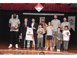 Basketbolcular öğrencilerle buluştu