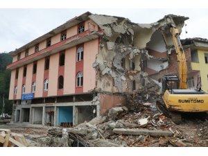Yaşayan İnsan Hazinesi Osman Efendioğlu'nun ismi verilen kütüphane de 4 katlı bina ile yıkıldı
