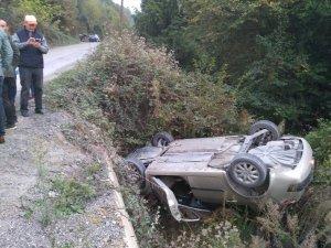 Direksiyon hakimiyeti kaybolan otomobil ormana uçtu