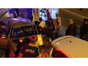 Hızını alamayan sürücü otomobile çarptı: 2 yaralı