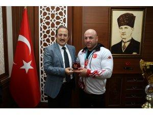 Bilek Güreşi Dünya Şampiyonu Başaran, Vali Pehlivan'ı ziyaret etti