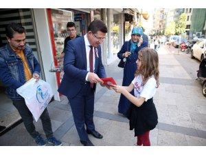 Başkan Subaşıoğlu Türk bayrağı dağıttı