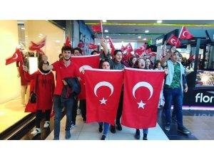 SDÜ öğrencilerinden AVM'deki vatandaşlara 29 Ekim sürprizi