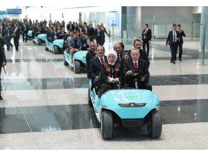 Cumhurbaşkanı Erdoğan, havalimanı açılışında elektrikli araç sürdü