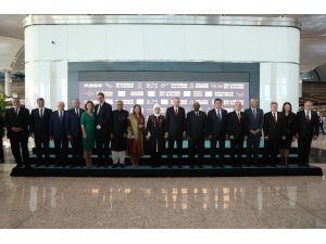 Cumhurbaşkanı Recep Tayyip Erdoğan, İstanbul Yeni Havalimanı açılışına katılan liderleri tek tek selamlayarak, aile fotoğrafı çektirdi.
