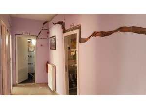 Samsun'un Vezirköprü ilçesinde bulunan Zübeyde Hanım Anaokulunun mutfak kısmında çökme ve duvarlarında çatlaklar oluştu. Samsun İl Milli Eğitim Müdürlüğünden alınan bilgiye göre, okulun mutfak kısmında gece çökme olduğu, oku