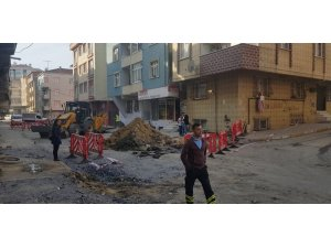 Bağcılar'da altyapı çalışması sırasına doğalgaz borusu patladı