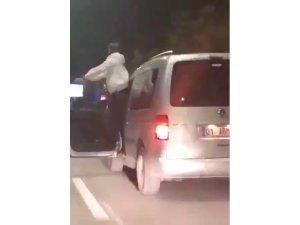 Seyir halindeki aracının kapısında dans etti