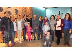Burhaniyeli sağlıkçılar fotoğraf sergisini ziyaret etti