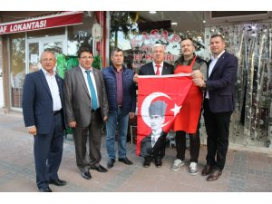 Başkan Yüksel vatandaşlara bayrak dağıttı