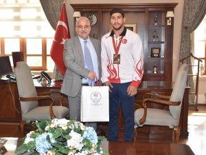 Vali Güvençer, dünya üçüncüsü judocuyu ödüllendirdi