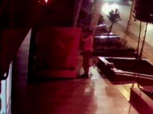 Cumhuriyet Bayramında bayrak hırsızlığı kamerada