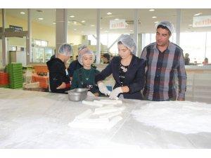 Romanyalı öğrenciler Afyon lokumu yaptı