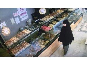 Pastanede tırnakçılık yapan kadın kamerada