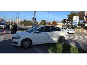 Unutkan sürücünün otomobili refüje çıktı