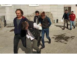 Poşet içinde attıkları Kalaşnikof tüfek ve uyuşturucuyla yakalandılar
