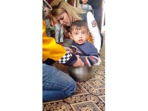 Afacan çocuk düdüklü tencereye sıkıştı