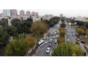 Bakırköy'de kaza nedeniyle kitlenen sahil yolu trafiği havadan görüntülendi