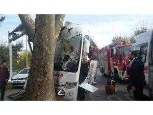 Havalimanına yolcu taşıyan servis aracı Bakırköy'de kaza yaptı
