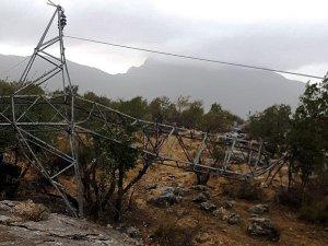 Şırnak'ta fırtınanın devirdiği direği Dicle Elektrik onardı
