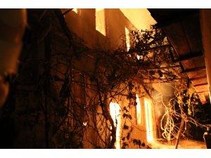 Köy muhtarının evi alevlere teslim oldu