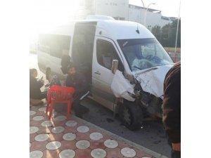 Batman'da öğrenci servisi ile yolcu minibüsü çarpıştı: 6 yaralı
