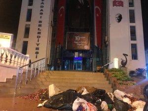 Kuşadası'nda vatandaştan çöp eylemi