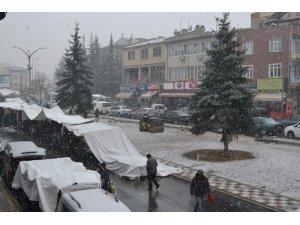 Şuhut'ta mevsimin ilk karı yağdı