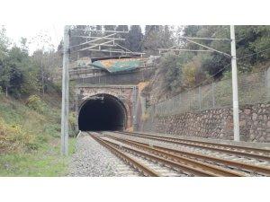 Kocaeli'de talaş yüklü tır, hızlı tren yolu köprüsünde devrildi