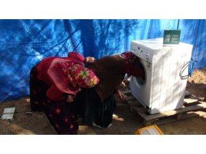 Kıl çadırlarda yaşayan Yörük kadınları çamaşır makinesi ile tanıştı