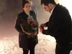 Karlı dağın zirvesinde evlilik teklifi