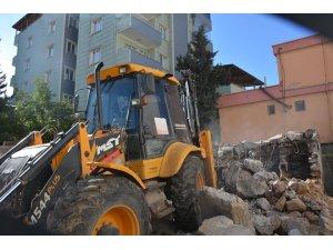 Yıkılmaya yüz tutmuş metruk bina belediye ekiplerince yıkıldı