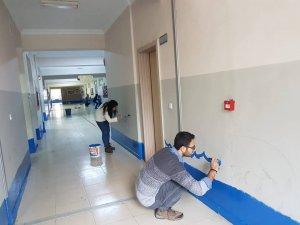 Beytüşşebap'ta görev yapan öğretmenler okulları boyadı