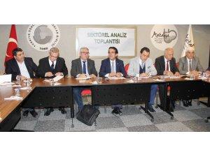 Antalya'da sektör temsilcileri komisyonculuğu kaldıracak olan yeni Hal Yasası'nı ele aldı