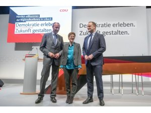 Merkel'in halefleri ikna turunda
