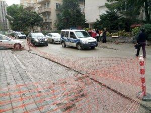 Hastaneye giderken beton dolu çukura düştüler