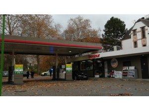 Almanya'da bir zanlı, benzin istasyonundaki kasiyeri rehin aldı