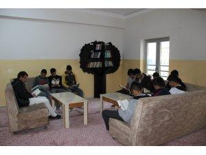 Öğrencilerin kitaplığı, bağış kitaplarıyla doldu