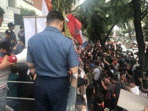 Çin Devlet Başkanı Xi, Filipinlerde protesto edildi